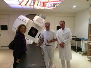 Nicola Beer mit Ärzten des Krankenhauses Buchholz